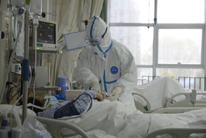 A picture released by the Central Hospital of Wuhan shows medical staff attending to patient at the The Central Hospital Of Wuhan Via Weibo in Wuhan, China on an unknown date. THE CENTRAL HOSPITAL OF WUHAN VIA WEIBO/Handout via REUTERS