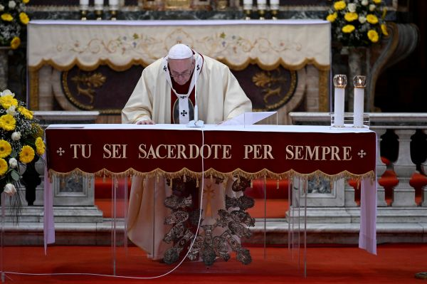 Pope to politicians: To fight coronavirus, put country before party