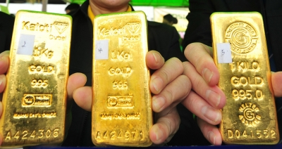 Gold near record high on recession warnings