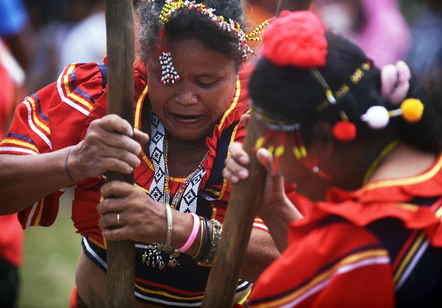 Filipino women of the indigenous Manobo tribe compete in a traditional rice pounding race known as 'Kag-asud Humay' during an ethnic sporting event at their ancestral land in the town of Malaybalay, Bukidnon province, Philippines, 06 April 2019. EPA-EFE/NIKON L. CELIS ATTENTION: This Image is part of a PHOTO SET