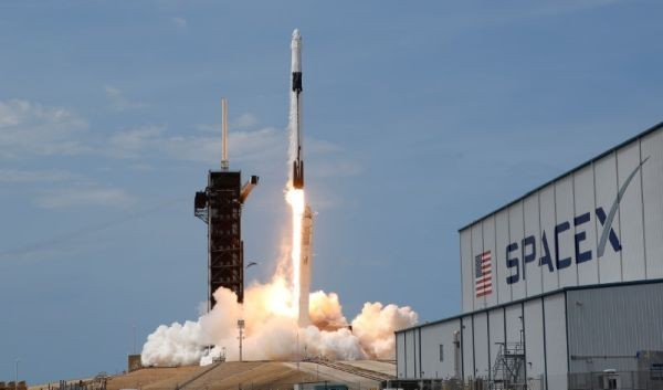 A SpaceX Falcon 9 rocket and Crew Dragon spacecraft carrying NASA astronauts Douglas Hurley and Robert Behnken lifts off during NASA's SpaceX Demo-2 mission to the International Space Station from NASA's Kennedy Space Center in Cape Canaveral, Florida, US on May 30, 2020. (REUTERS Photo)