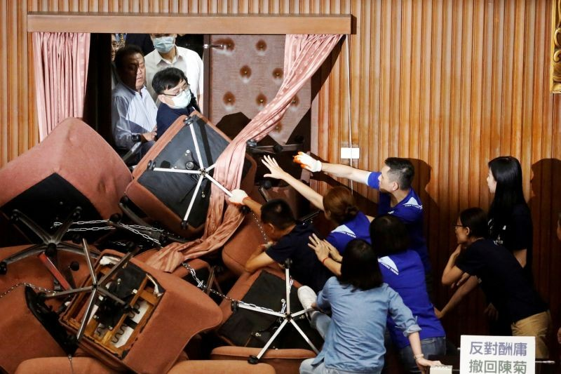Lawmakers from Taiwan's ruling Democratic Progressive Party (DPP) scuffle with lawmakers from the main opposition Kuomintang (KMT) party, who have been occupying the Legislature Yuan, in Taipei, Taiwan on June 29. (REUTERS  Photo)