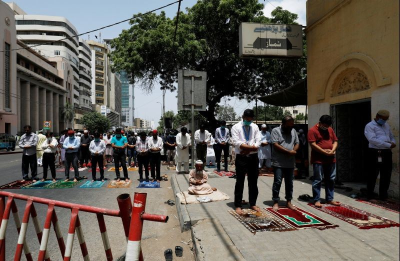 People attend Friday prayers along a road at a business area, after Pakistan eased lockdown restrictions, as the outbreak of the coronavirus disease (COVID-19) continues, in Karachi, Pakistan on June 5, 2020. (REUTERS Photo)