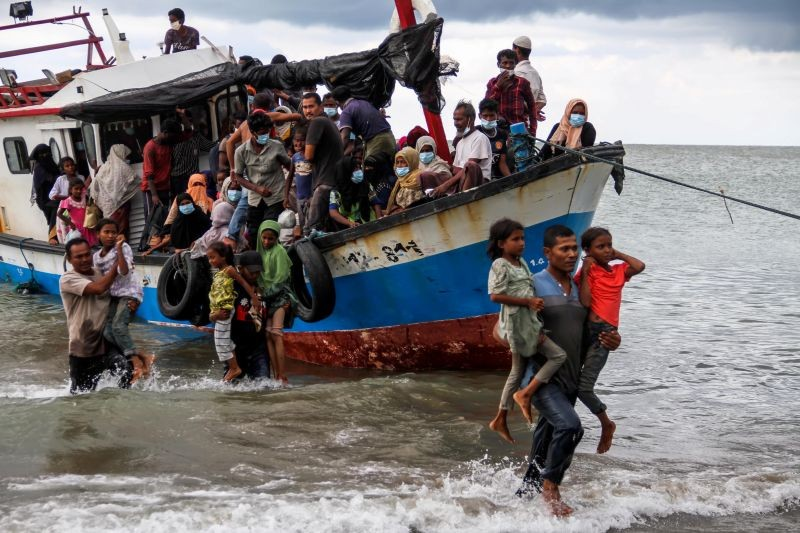 Locals evacuate Rohingya refugees from a boat at a coast of North Aceh, Indonesia, June 25, 2020 in this photo taken by Antara Foto. (REUTERS Photo)