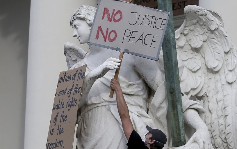 Demonstrators gather in Vienna, Austria, Thursday, June 4, 2020, to protest against the recent killing of George Floyd by police officers in Minneapolis, USA, that has led to protests in many countries and across the US. A US police officer has been charged with the death of George Floyd. (AP Photo/Ronald Zak)