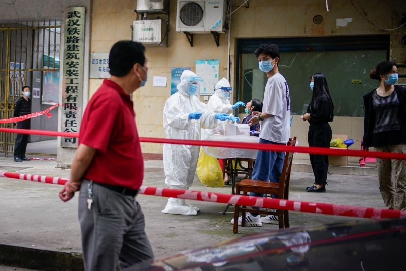 Medical workers in protective suits conduct nucleic acid testings for residents at a residential compound in Wuhan, the Chinese city hit hardest by the coronavirus disease (COVID-19) outbreak, Hubei province, China on May 15, 2020. (REUTERS File Photo)