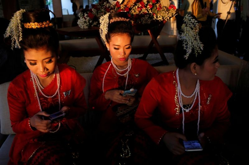 Traditional dancers wait to perform at the Rakhine State Investment Fair at Ngapali beach in Thandwe, Rakhine, Myanmar on February 21, 2019. (REUTERS File Photo)