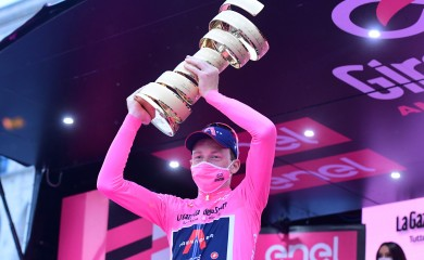 Cycling - Giro d'Italia - Stage 21 - Cernusco sul Naviglio to Milan, Italy - October 25, 2020  UCI WorldTeam Ineos Grenadiers' Tao Geoghegan Hart celebrates with the trophy after winning the Giro d'Italia  REUTERS/Stringer