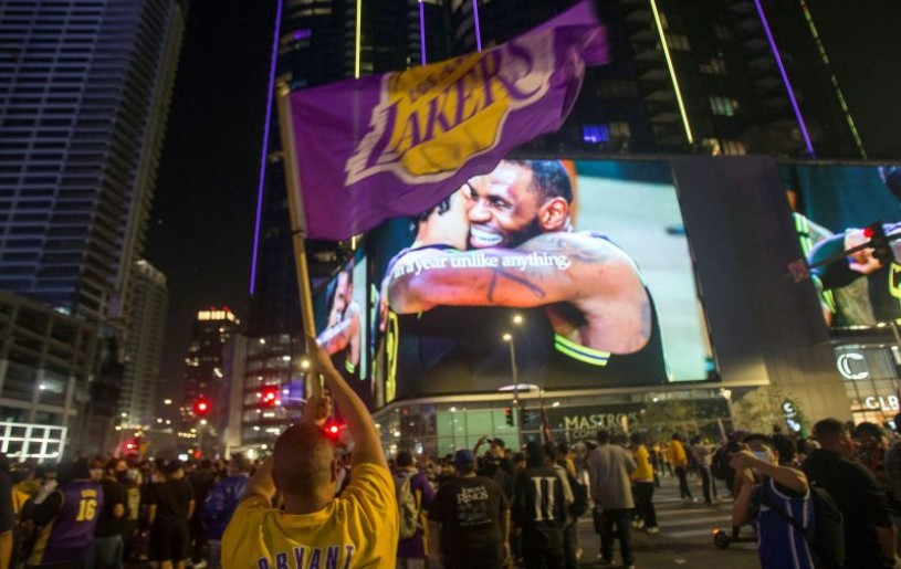 Lakers fans celebrate their team winning the 2020 NBA Championship in Los Angeles, California, U.S., October 11, 2020.  REUTERS/Ringo Chiu