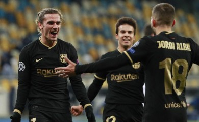 Soccer Football - Champions League - Group G - Dynamo Kyiv v FC Barcelona - NSC Olympiyskiy, Kyiv, Ukraine - November 24, 2020 Barcelona's Antoine Griezmann celebrates scoring their fourth goal with teammates REUTERS/Valentyn Ogirenko