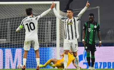 Soccer Football - Champions League - Group G - Juventus v Ferencvaros - Allianz Stadium, Turin, Italy - November 24, 2020 Juventus' Cristiano Ronaldo celebrates scoring their first goal with Paulo Dybala REUTERS/Massimo Pinca