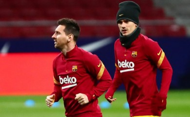 Soccer Football - La Liga Santander - Atletico Madrid v FC Barcelona - Wanda Metropolitano, Madrid, Spain - November 21, 2020 Barcelona's Lionel Messi and Antoine Griezmann during the warm up before the match REUTERS/Sergio Perez