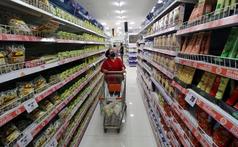 A woman shops inside the Big Bazaar retail store in Mumbai, India, November 25, 2020. REUTERS/Niharika Kulkarni