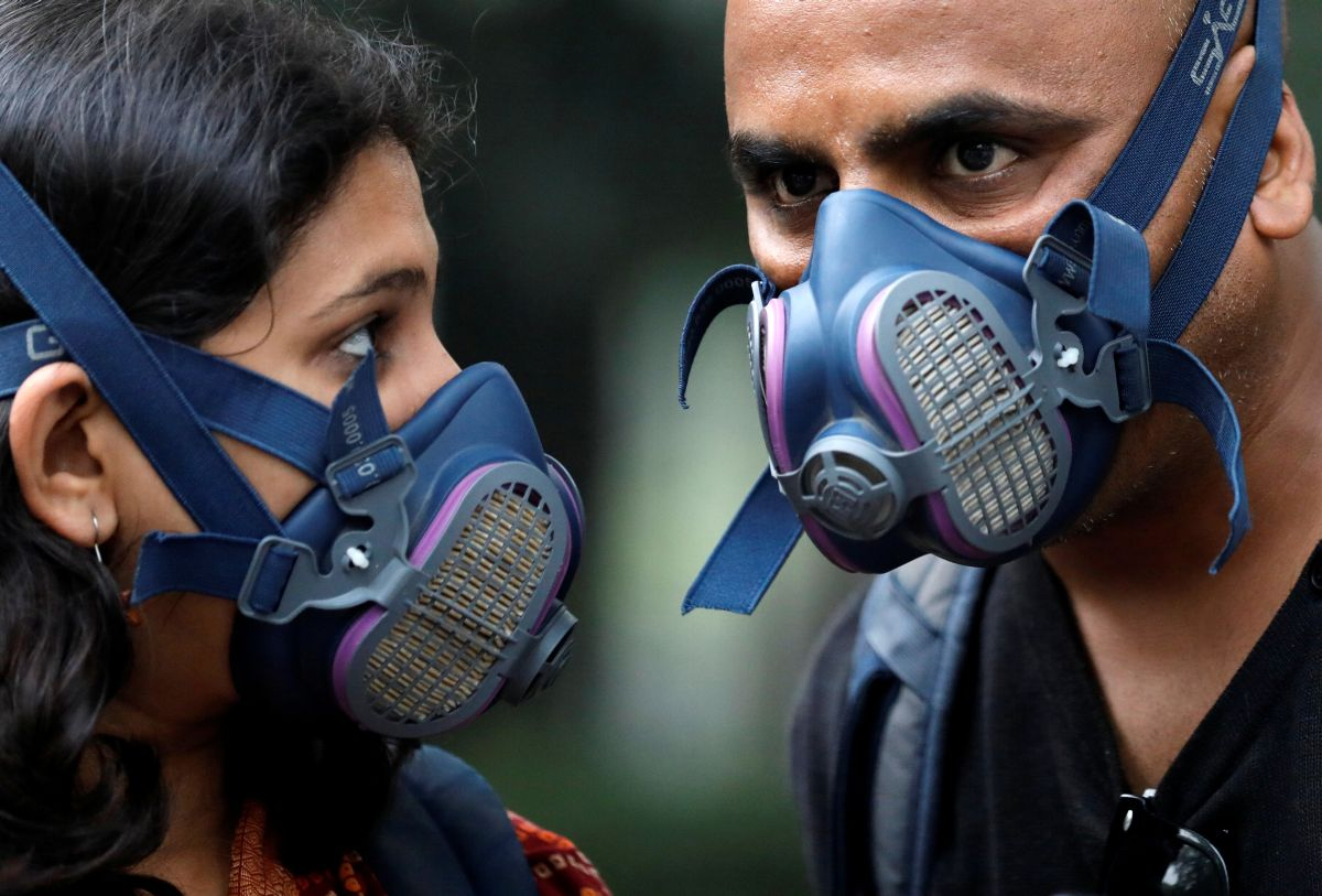 People wear masks on a smoggy evening in New Delhi, India, October 31, 2019. REUTERS/Anushree Fadnavis